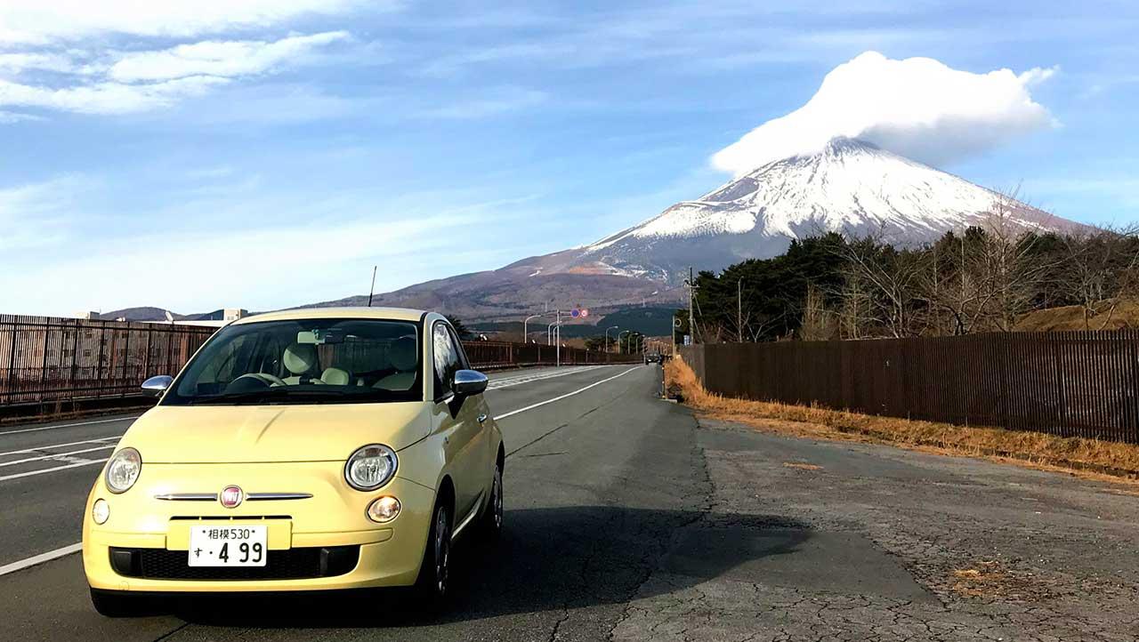 FIAT500と富士山です